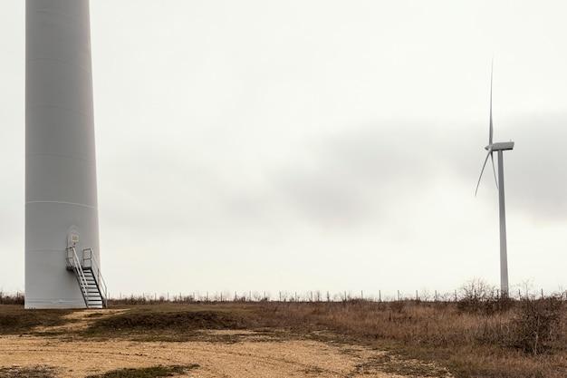 Turbinas eólicas no campo com espaço de cópia