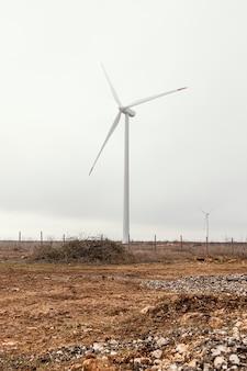 Turbinas eólicas no campo gerando energia elétrica