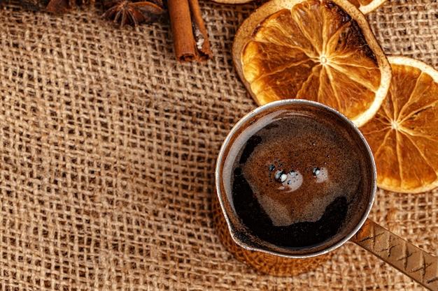 Turco de cobre brilhante com café na mesa de madeira marrom
