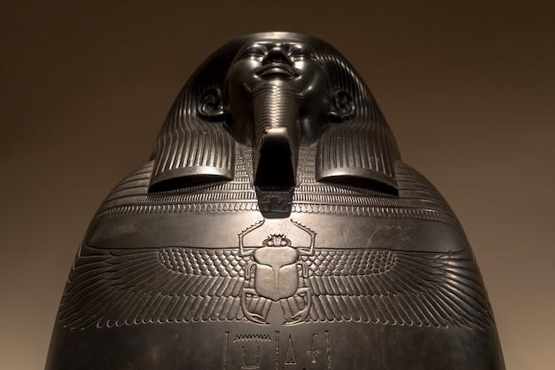 Turim, itália - circa de maio de 2021: sarchopagus egípcio com superfície esculpida e hieróglifo, 525 ac