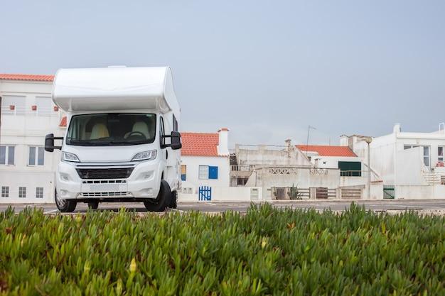 Turismo de férias e viagens. campista estacionado em uma tranquila vila à beira-mar na costa portuguesa. copie o espaço