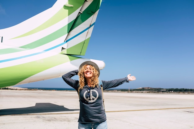 Turismo e viagens turísticas conceito de pessoas felizes com mulher bonita adulta alegre e alegre pronta para sair com a aeronave e voar para detination para as férias