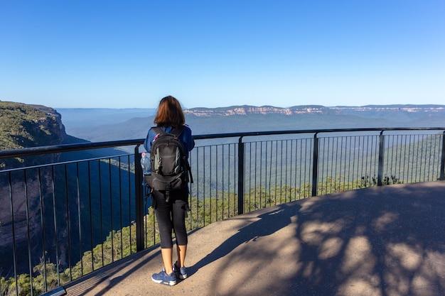 Turismo feminino com mochila tire foto em blue mountains, austrália