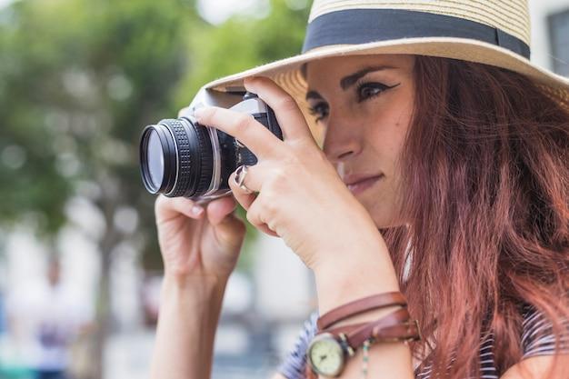 Turismo feminino olhando através da câmera