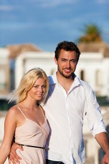 Turismo na cidade - casal em férias