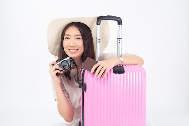 Turista asiática bonita da mulher na parede branca