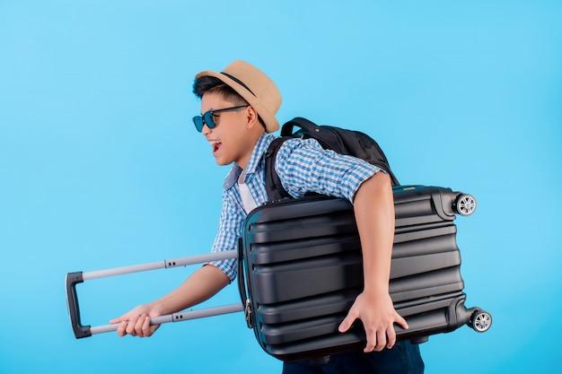 Turista asiático é feliz e correndo rápido com bagagem