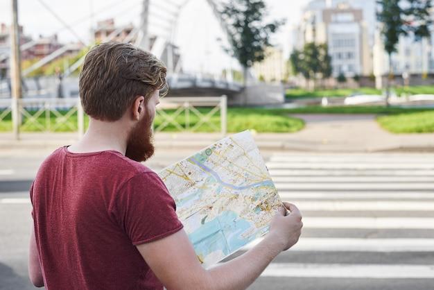 Turista caminha com um mapa