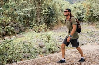 Turista caminha na pedra