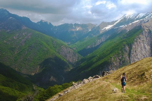Turista caminhando nas montanhas em piemonte, itália, em um dia nublado