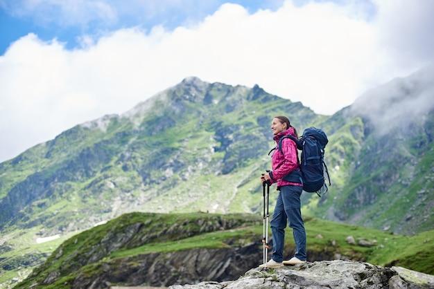 Turista caminhando nas montanhas