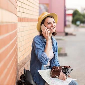 Turista com chapéu, falando ao telefone