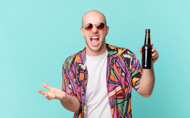 Turista com homem do turista de cerveja parecendo zangado, irritado e frustrado gritando wtf ou o que há de errado com você