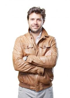 Turista com jaqueta marrom no branco