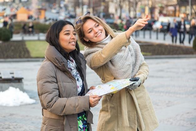Turista com mapa em praga