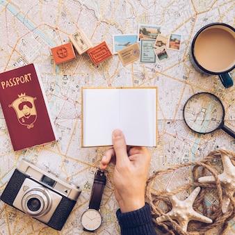 Turista com notepad pequeno