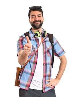 Turista com o polegar para cima