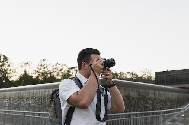 Turista com uma câmera tirando fotos