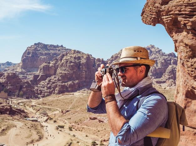 Turista com uma câmera vintage. petra, jordânia.