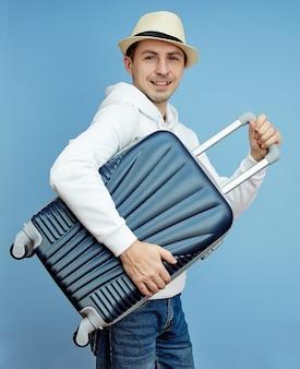 Turista com uma mala nas mãos, bagagem de mão de turista