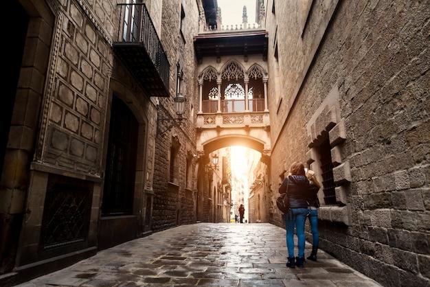 Turista da mulher que sightseeing no quarto gótico de barcelona barri em barcelona, catalonia, espanha.