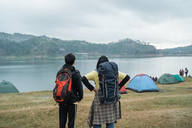 Turista de casal muçulmano com mochila