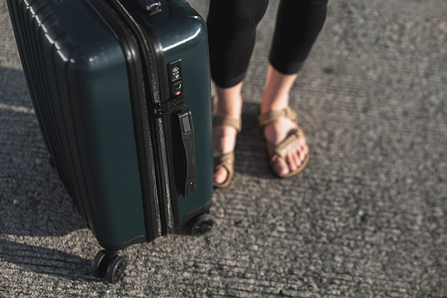 Turista de close-up com uma mala