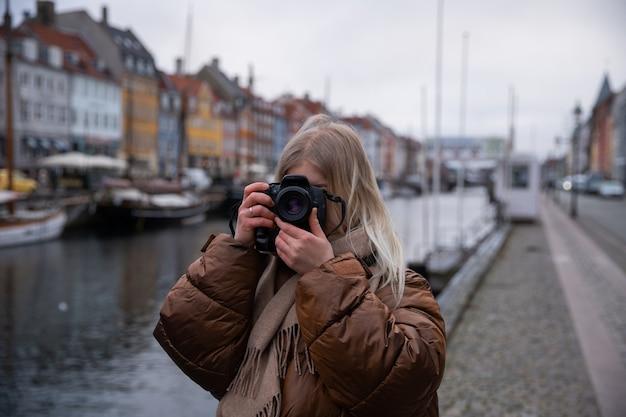 Turista de férias em copenhague, na dinamarca, tira fotos