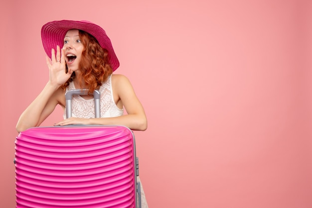 Turista de frente com bolsa rosa chamando