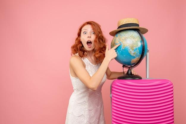 Turista de frente com bolsa rosa