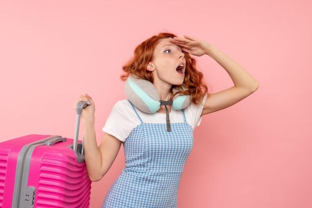 Turista de frente com sua bolsa rosa