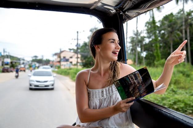 Turista de garota em um táxi tailandês