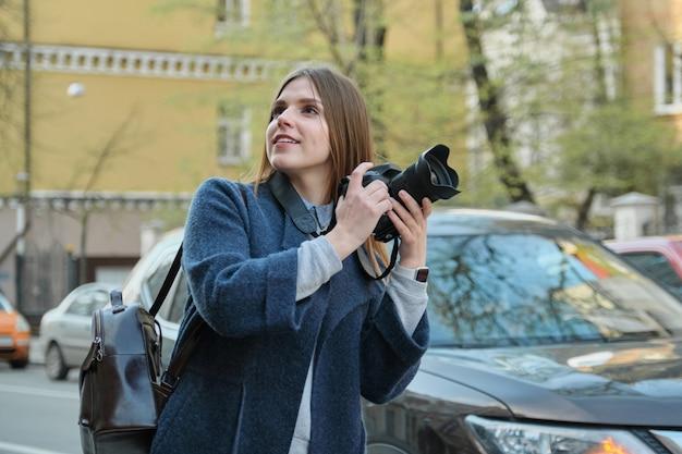 Turista de garota tirando fotos na rua da cidade