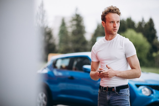 Turista de homem bonito comprar um carro