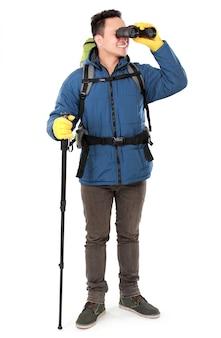 Turista de homem caminhante olhando com binóculos