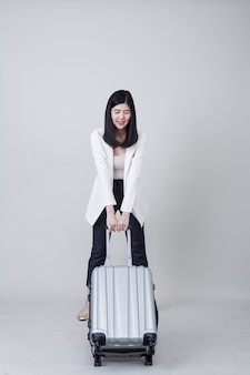 Turista de jovem mulher asiática com bagagem para viajar