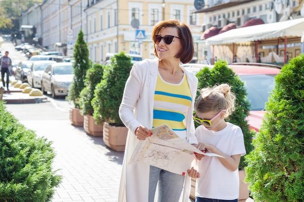 Turista de mãe e filha olhando para o mapa