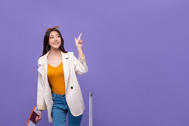 Turista de mulher asiática, apontando a mão para copiar o espaço