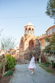Turista de mulher bonita andando na velha tbilisi