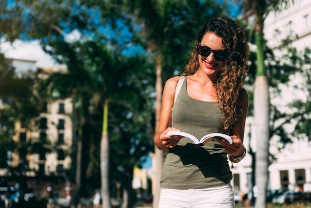 Turista de mulher bonita curtindo as férias de férias. conceito de turismo.