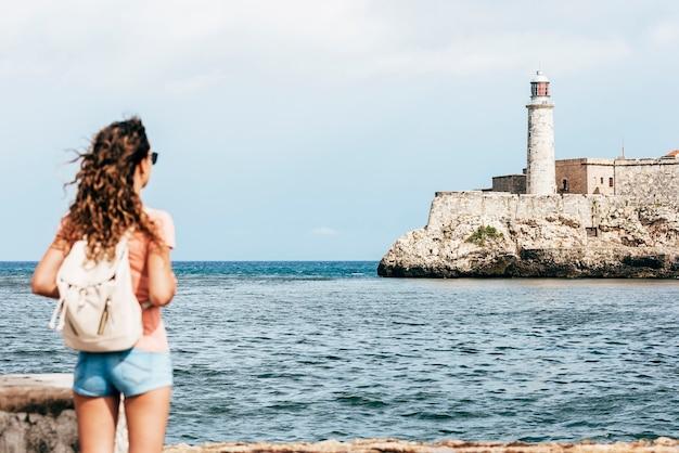Turista de mulher bonita curtindo férias de férias em cuba. conceito de turismo.