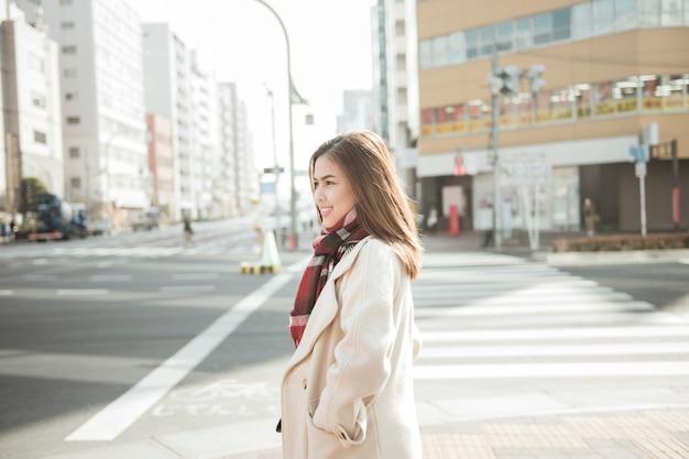 Turista de mulher bonita em tóquio, japão
