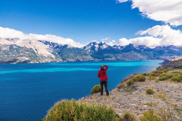 Turista de mulher caminhadas, viagens chile, bertran lago e montanhas bela paisagem, chile, patagônia, américa do sul