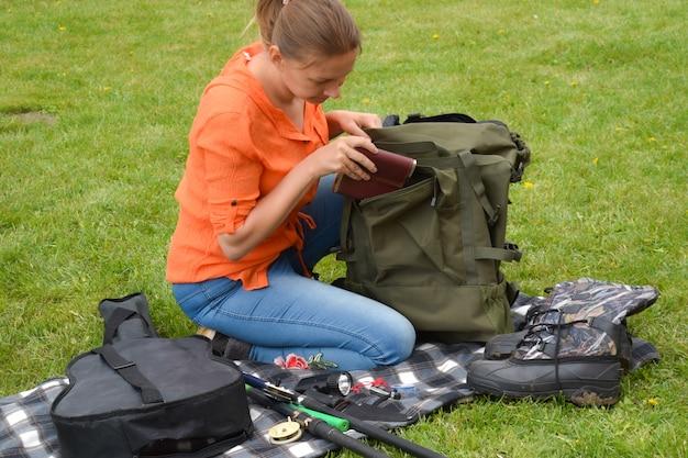 Turista de mulher indo em uma viagem à natureza ao ar livre