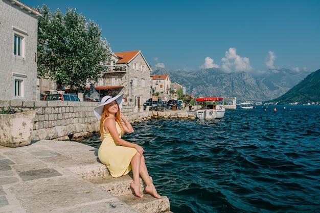 Turista de mulher na cidade antiga à beira-mar