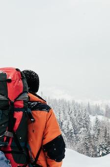 Turista de paisagem de montanha do inverno vista traseira