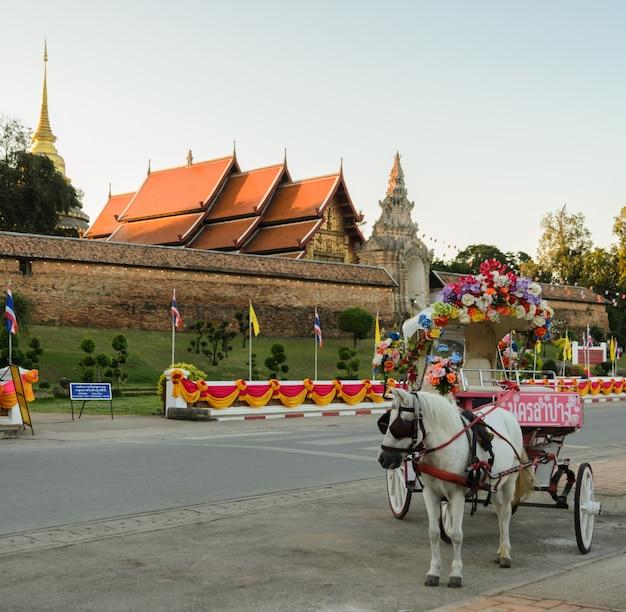 Turista de táxi puxado por cavalos em wat phra que lampang luang na tailândia