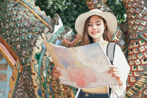 Turista de viajante mulher olhando o mapa. viagem viagem viagem
