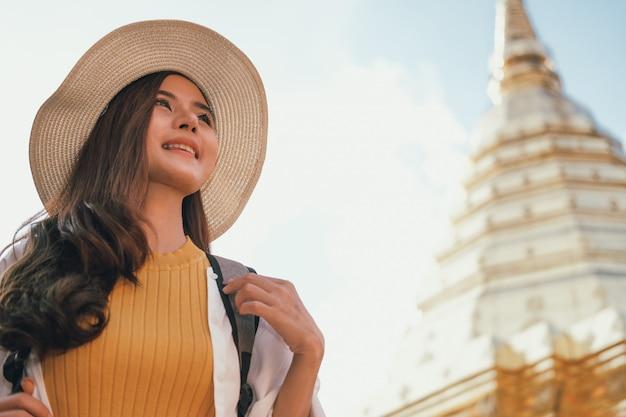 Turista de viajante mulher viajando visitando marco. viagem viagem viagem
