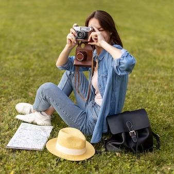Turista desfrutando de tirar fotos de férias